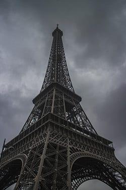 Eiffeltoren in Parijs met bedrukkende wolken