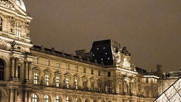 Het Louvre in Parijs snachts