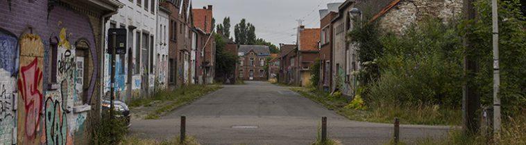 Een verlaten straat in Doel, België