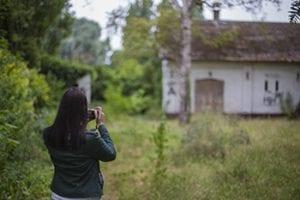 Foto's nemen bij verlaten gebouwen in Doel, België