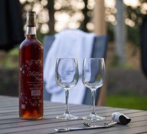 fles rose met twee glazen