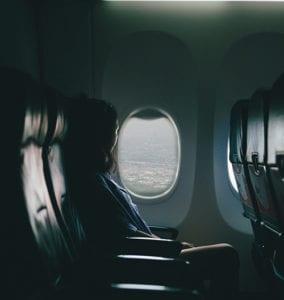 Bij het raam zitten in het vliegtuig
