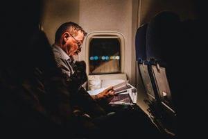 Lees een boek in het vliegtuig