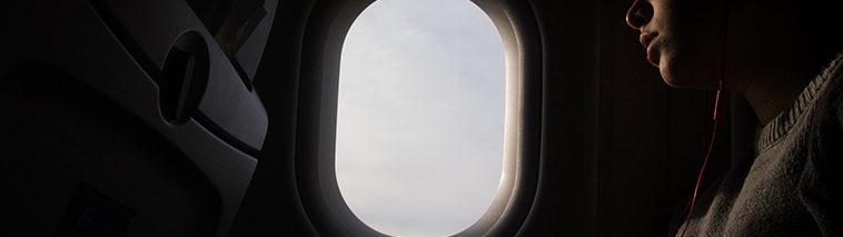 Slapen bij het vliegtuigraam