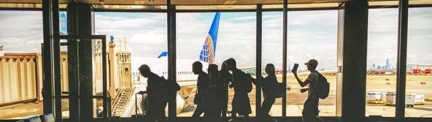 Groepsreis op het vliegveld