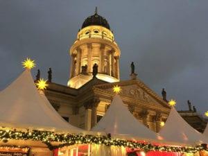 Kerstmarkt voor de Neue Kirche in Berlijn