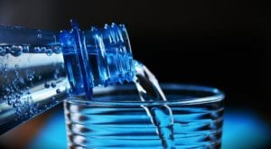 Mineraalwater uit een fles