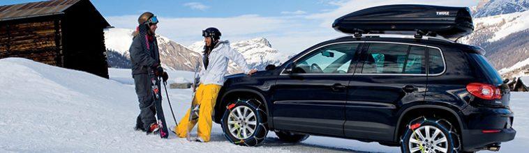 auto met sneeuwkettingen